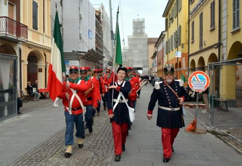Dopo il terremoto, il gruppo garibaldino Petronio Setti marcia nel centro storico di Crevalcore
