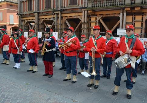 Fanfara e fucilieri attendono in piazza il coro